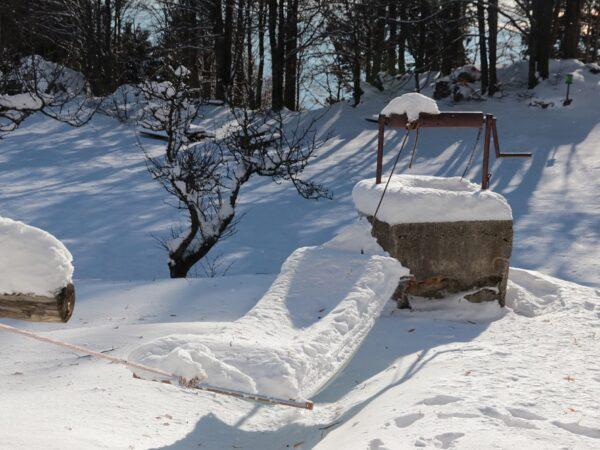 Studnia głębinowa zimą